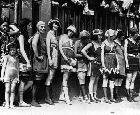 La donna al mare dal vestito al nudo totale - Costume da bagno anni 30 ...